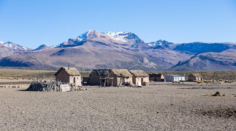 Kleines Dorf von Schäfern von Lamas in den Andenbergen  lizenzfreie stockfotos