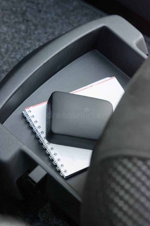 Kleines Fach unter Mitfahrersitz lizenzfreie stockfotografie