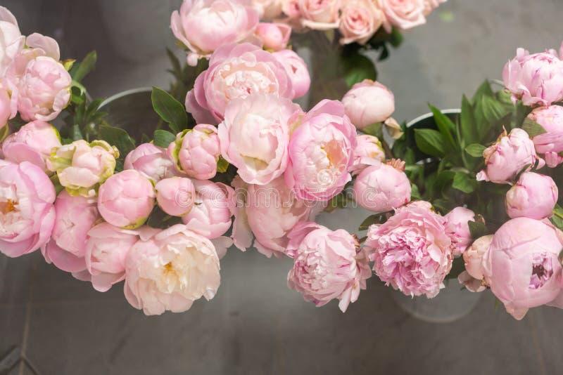 Kleines Familienunternehmen Die Blumen im K?hlschrank des Blumenladens Berufflorist Summer-Blumenstrau? Blumen lizenzfreie stockbilder