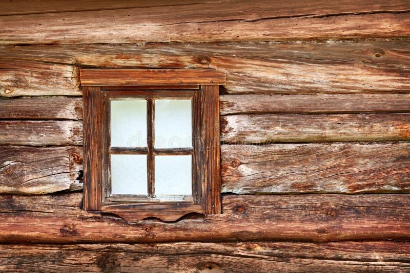 Kleines Fenster in der alten hölzernen Wand lizenzfreies stockfoto