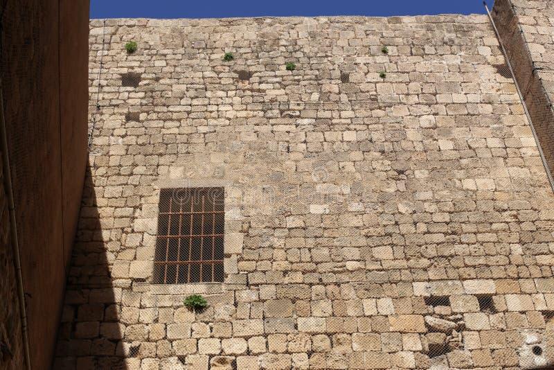 Kleines Fenster in einer Großstadt stockbild