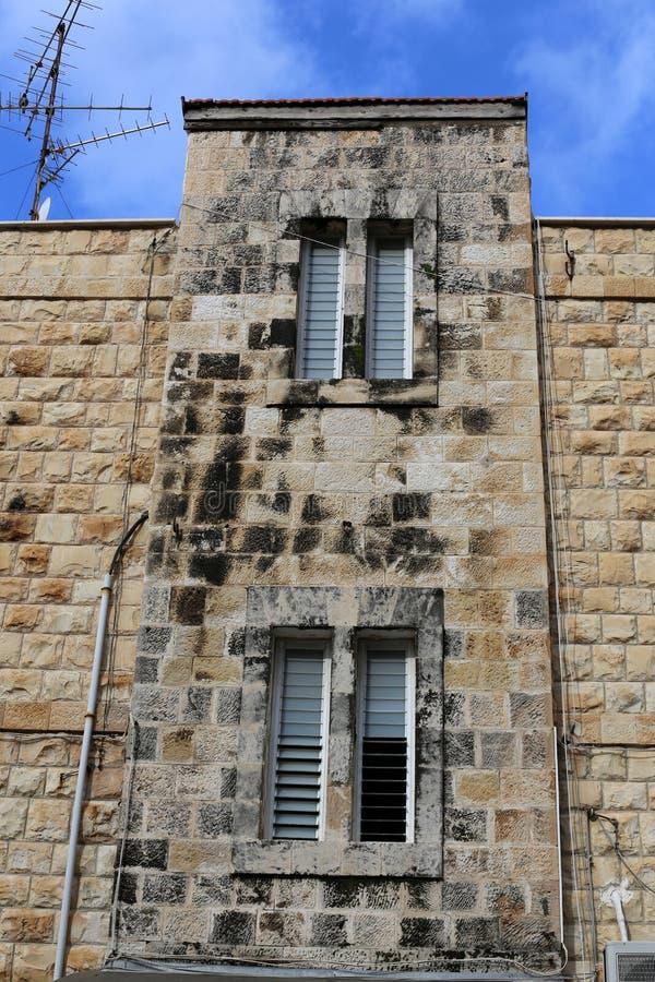Kleines Fenster in einer Großstadt stockfotos