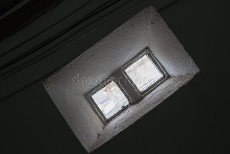 Kleines Fenster gemacht von 2 Glasbausteinen lizenzfreie stockbilder