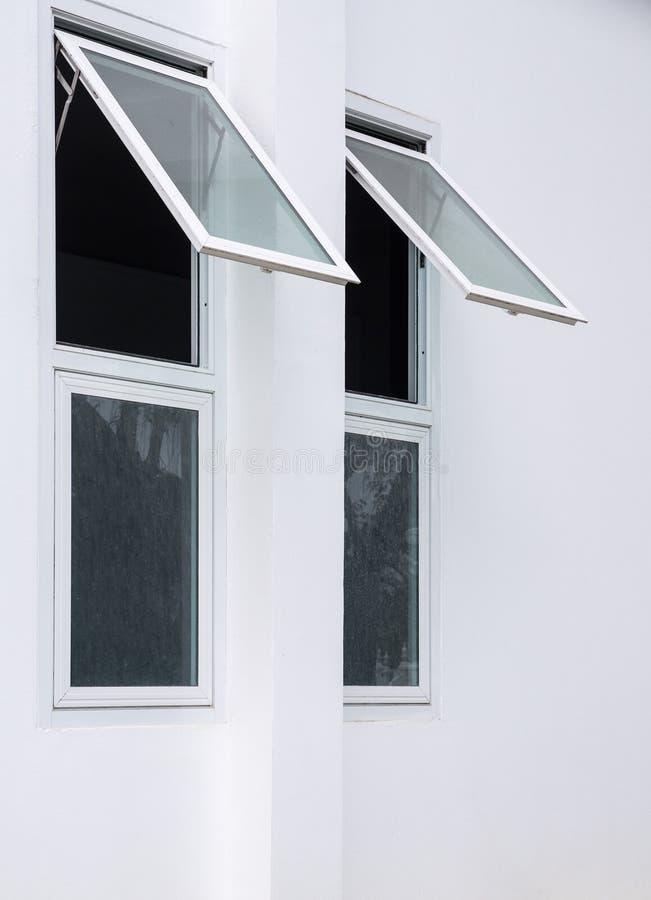 Kleines Fenster war auf der Seitenwand geöffnet lizenzfreie stockbilder