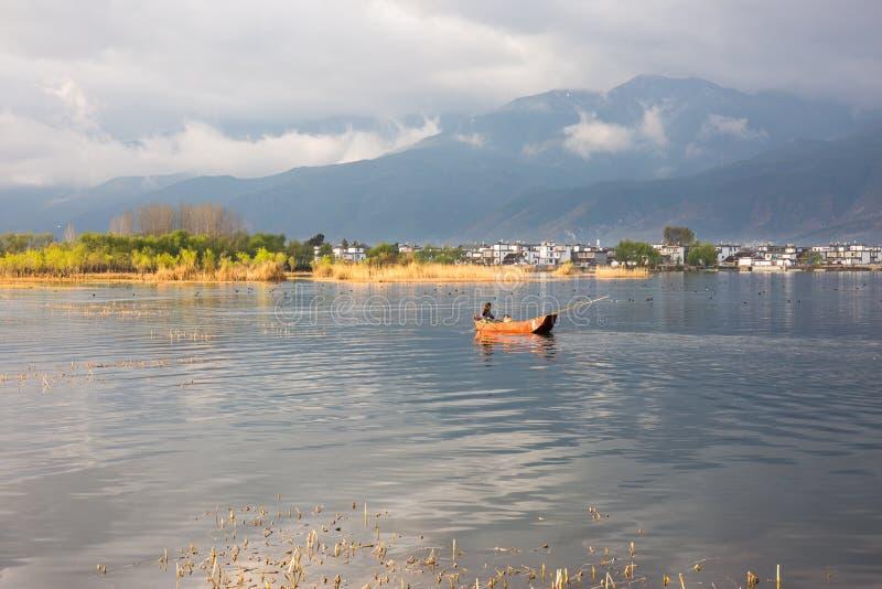 Kleines Fischboot im goldenen Sonnenlicht lizenzfreies stockbild