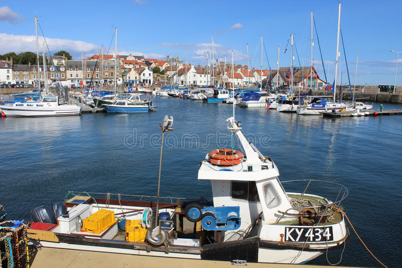 Kleines Fischerboot in Anstruther-Hafen, Schottland lizenzfreies stockbild