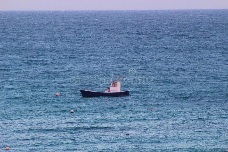 Kleines Fischerboot mitten in der hohen See stockbilder