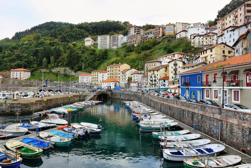 Kleines Fischerdorf von Elantxobe am baskischen Land, Spanien lizenzfreie stockfotos