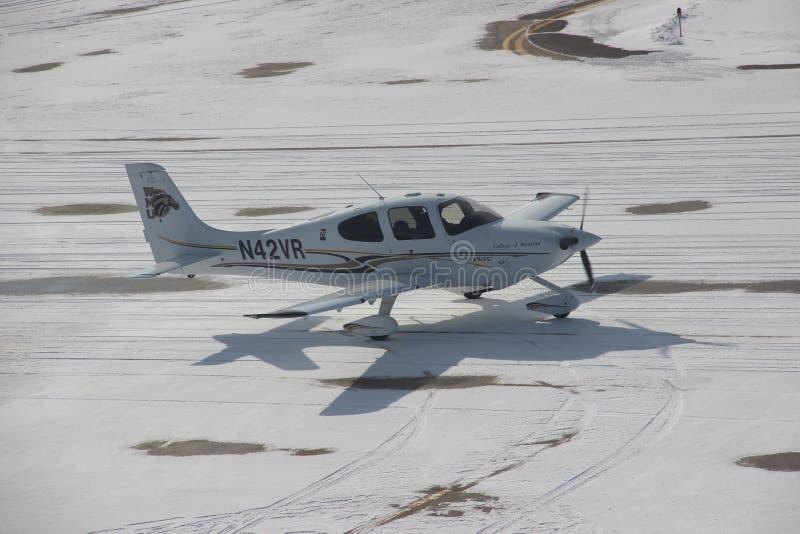 Kleines flaches Mit einem Taxi fahren in den Schnee während des Winters stockfoto
