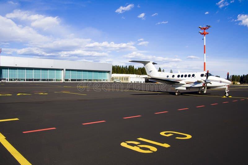 Kleines Flugzeug auf Laufbahn lizenzfreie stockbilder