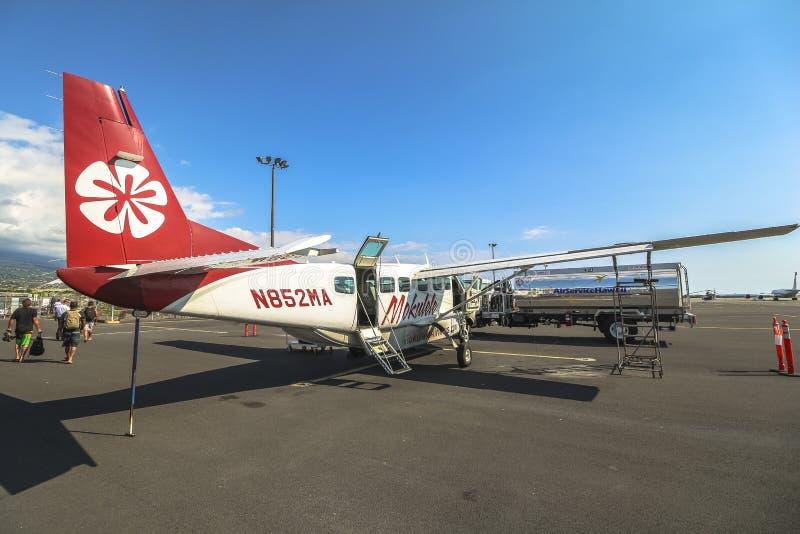 Kleines Flugzeug auf Rollbahn, große Insel Hawaiis lizenzfreie stockbilder