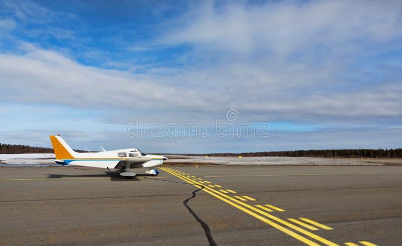 Kleines Flugzeug in einem kleinen Flughafen stockbilder