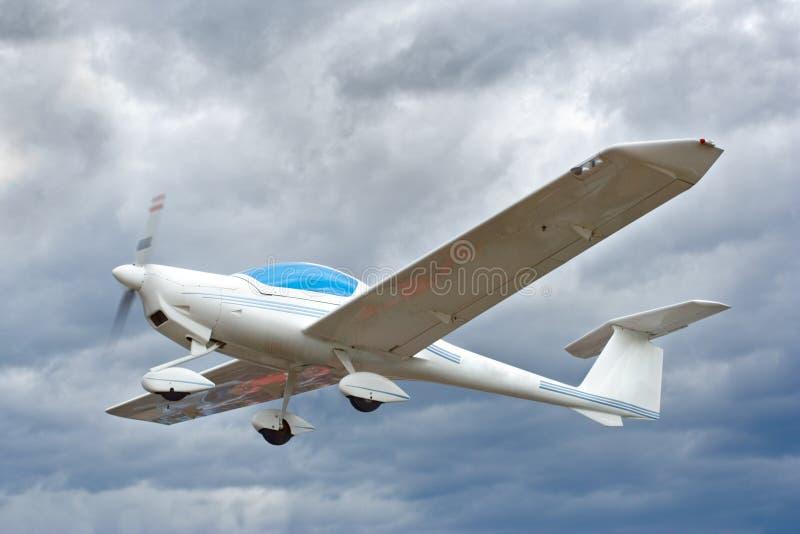 Kleines Flugzeug im Flug stockfotografie