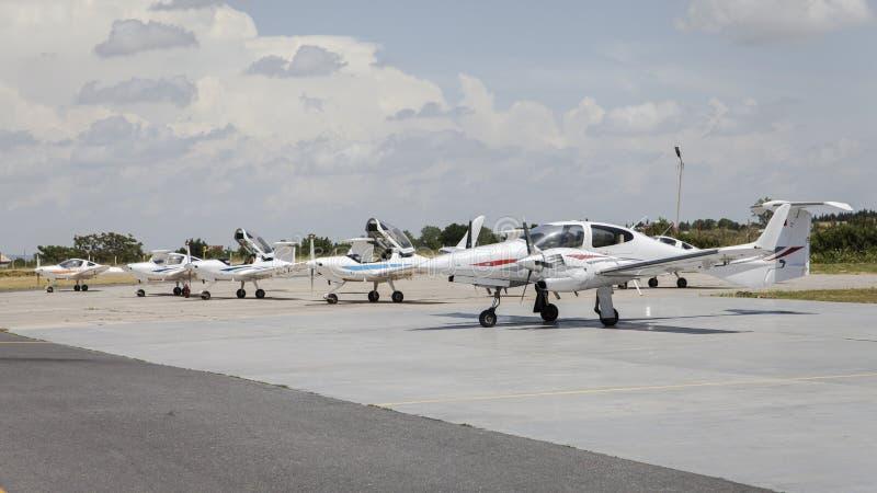 Kleines Flugzeug vor Hangars lizenzfreies stockfoto
