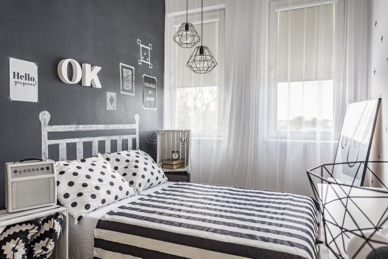 Kleines gemütliches Schwarzweiss-Schlafzimmer lizenzfreies stockfoto
