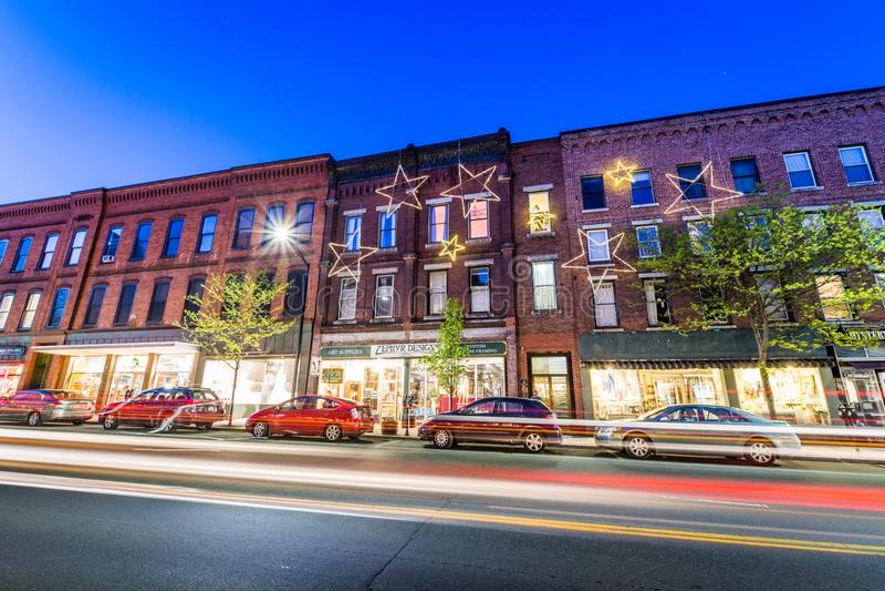 Kleines gemütliches Stadtzentrum von Brattleboro, Vermont nachts stockbild
