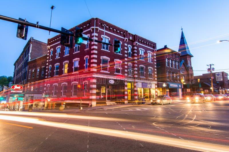 Kleines gemütliches Stadtzentrum von Brattleboro, Vermont nachts lizenzfreie stockfotos