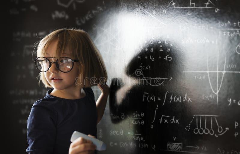 Kleines Genie, das etwas Wissenschaft aufstellt stockfotografie