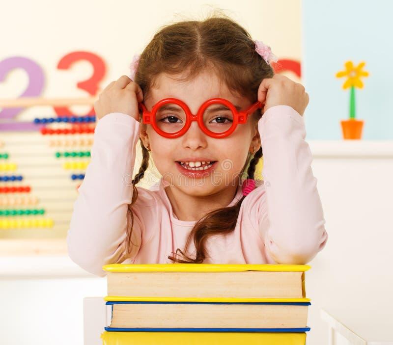 Kleines Genie mit Büchern stockfotos