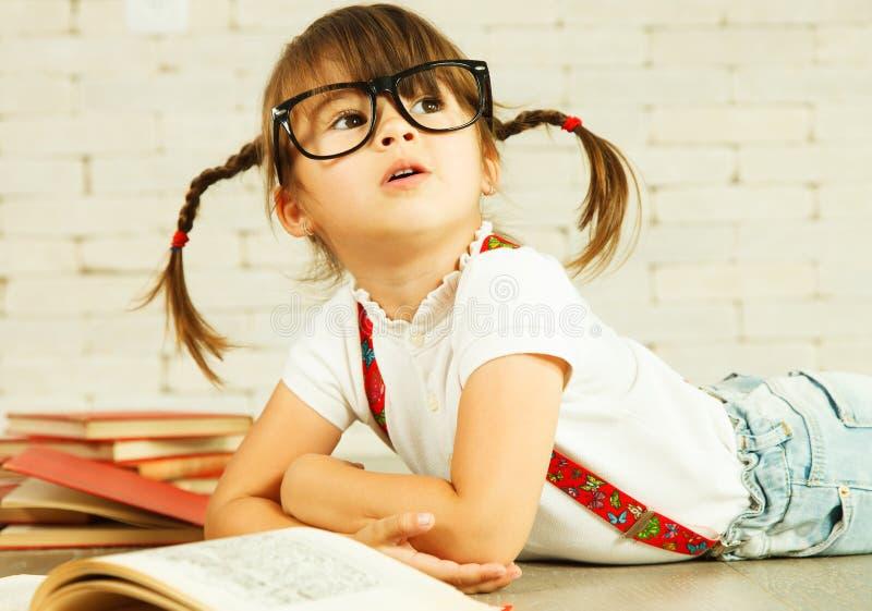 Kleines Genie mit Büchern lizenzfreies stockfoto