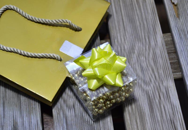 Kleines Geschenk auf hölzernem Hintergrund lizenzfreies stockbild