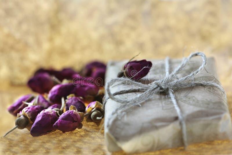 Kleines Geschenk mit Rosen stockbilder