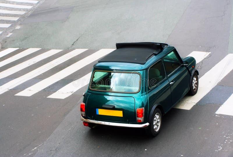 Kleines grünes Auto stockbild