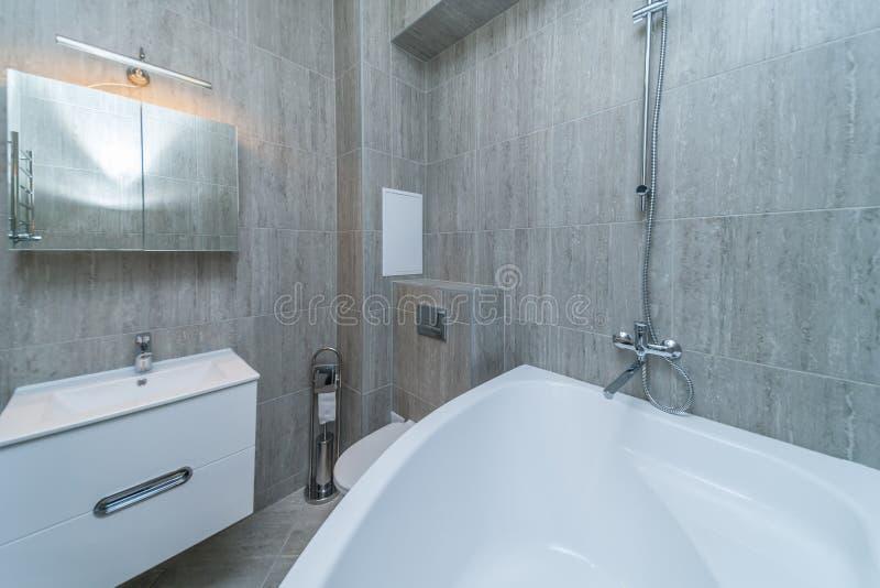 Kleines graues Badezimmer stockfotos