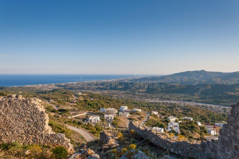 Kleines griechisches Dorfmeer und -berge gestalten von den alten Schlossruinen in Griechenland landschaftlich stockbild