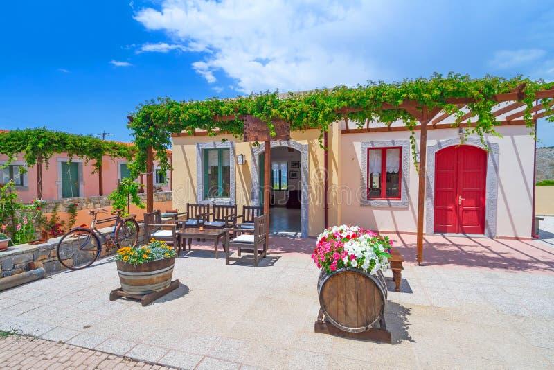 Kleines griechisches Haus im Dorf von Lasithi-Hochebene stockfotos
