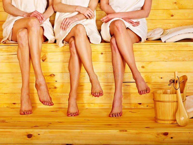 Kleines Gruppenmädchen in der Sauna. lizenzfreie stockbilder