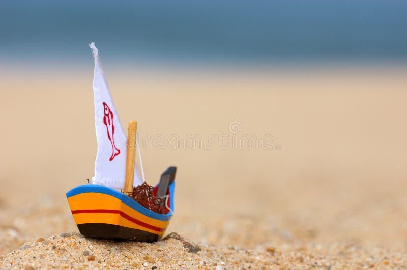 Kleines hölzernes Fischerbootspielzeug lizenzfreies stockbild