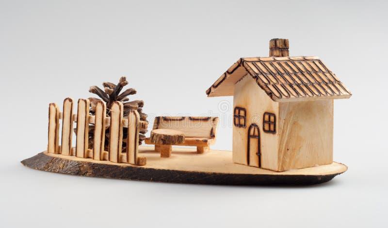 Kleines hölzernes Haus - Dekoration stockfoto