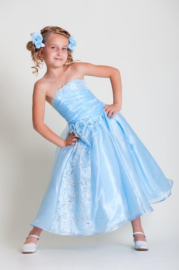 Kleines hübsches Baumuster im blauen Kleid stockfoto