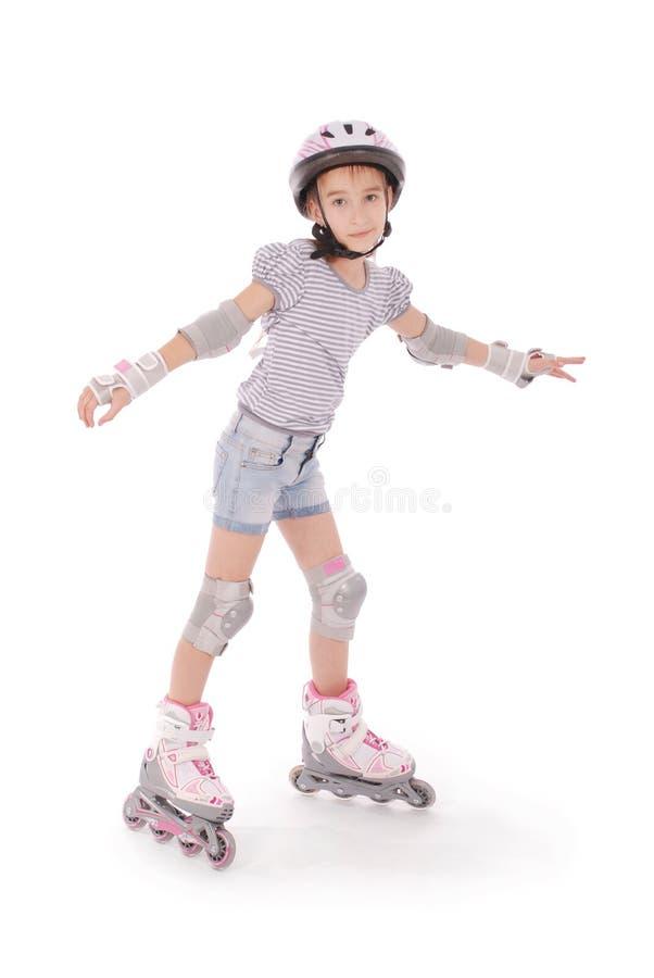 Kleines hübsches Mädchen auf Rollschuhen lizenzfreies stockbild