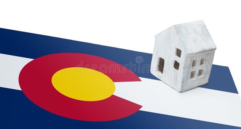 Kleines Haus auf einer Flagge - Colorado stockbilder