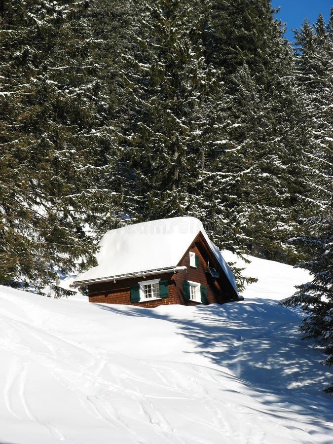 Download Kleines Haus in den Alpen stockbild. Bild von stillstehen - 9099289