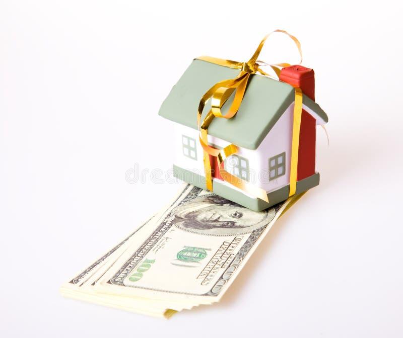 Kleines Haus des Spielzeugs mit einem Goldbogen. lizenzfreie stockbilder
