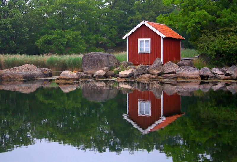 Kleines Haus im schwedischen Archipel stockfoto