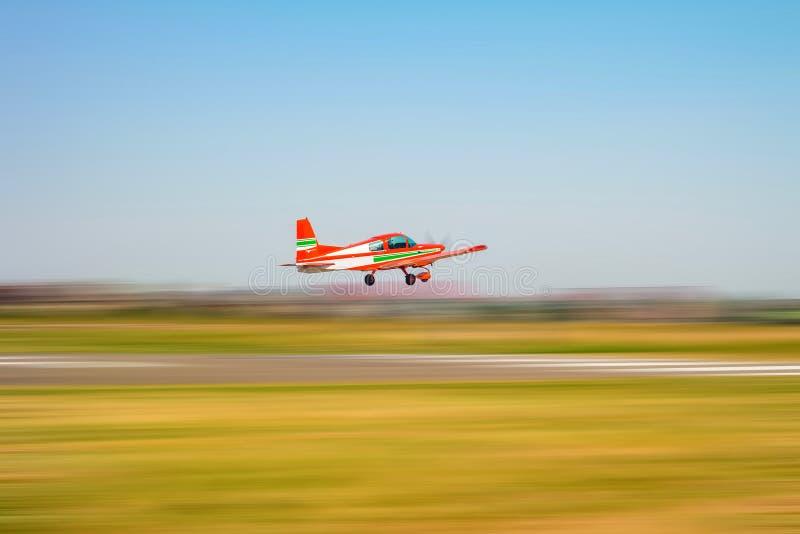 Kleines helles Privatflugzeug startet stockbilder