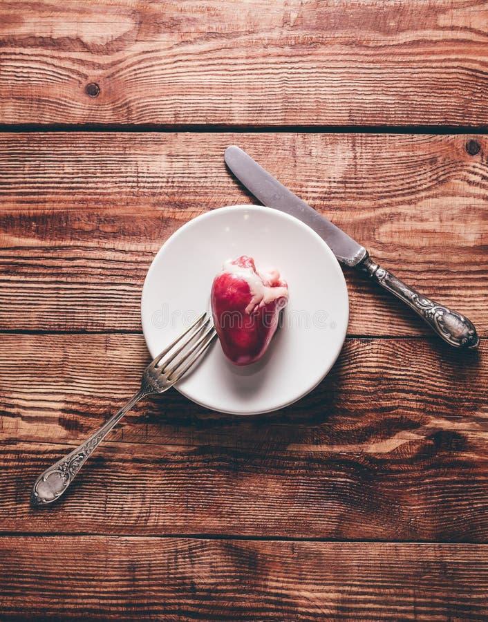 Kleines Herz auf Platte lizenzfreie stockfotografie