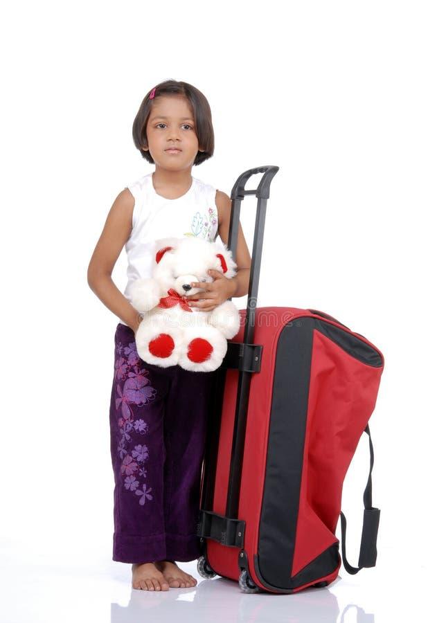Kleines indisches Mädchen mit Beutel und Teddybär stockfotos