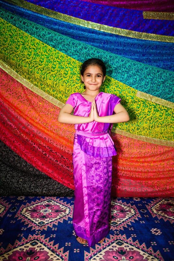 Kleines indisches Mädchen mit indischer Kleidung sari lizenzfreie stockfotografie