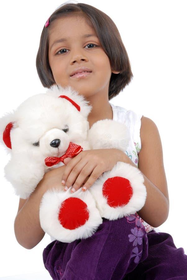 Kleines indisches Mädchen mit Teddybären lizenzfreie stockfotos