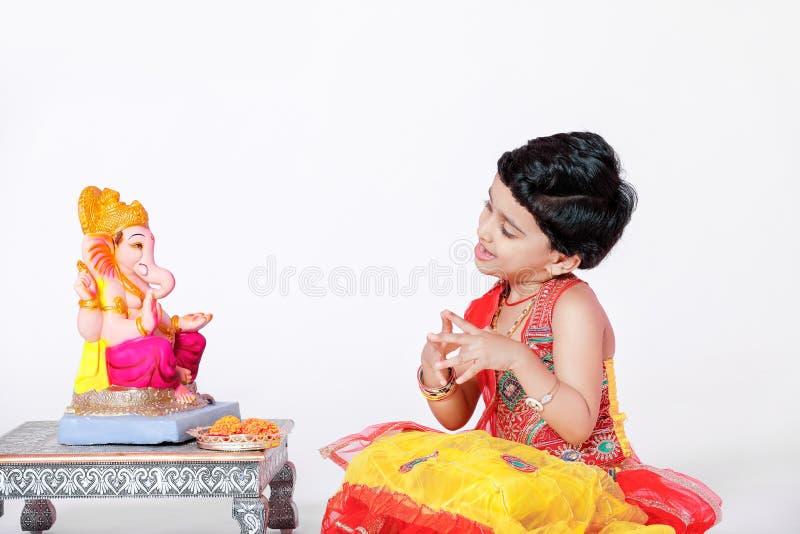 Kleines indisches Mädchenkind mit Lordganesha und -c$beten, indisches ganesh Festival lizenzfreies stockbild