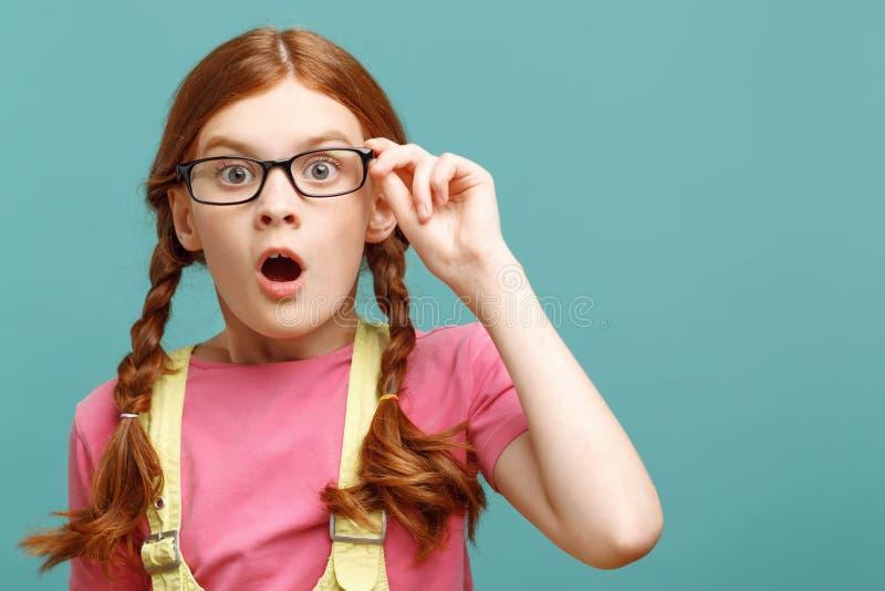 Kleines junges Mädchen, das Erstaunen ausdrückt stockfoto