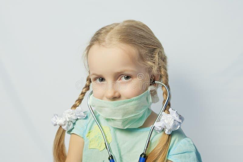 Kleines kaukasisches blondes Mädchen, das medizinische Schablone trägt lizenzfreie stockbilder