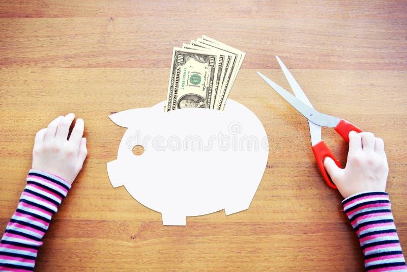 Kleines Kind, das über Einsparungen und Reichtum träumt lizenzfreie stockfotos