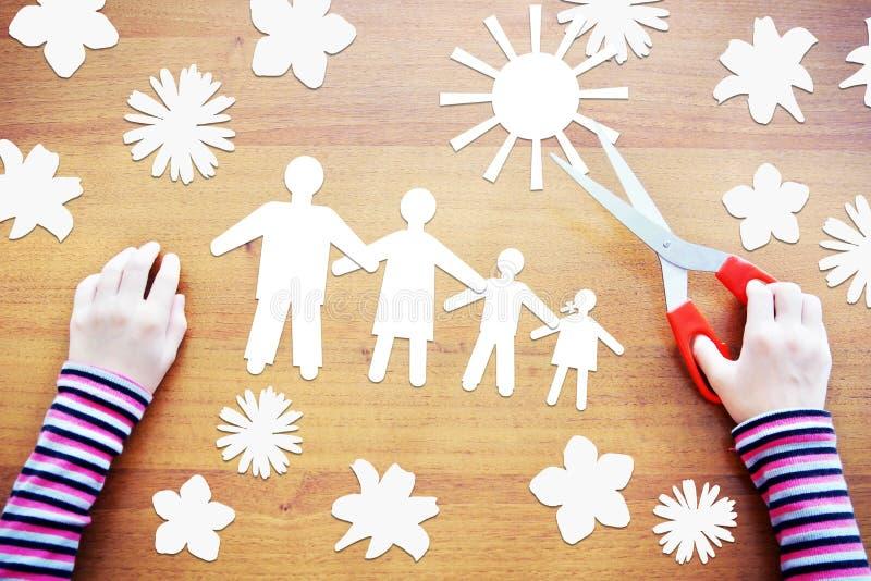 Kleines Kind, das über glückliche Familie träumt lizenzfreies stockfoto