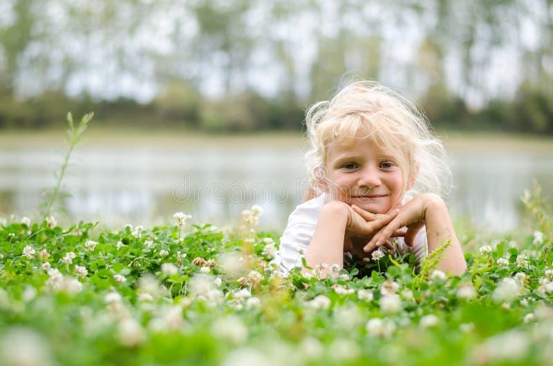 Kleines Kind, das eine gute Zeit hat lizenzfreie stockfotos